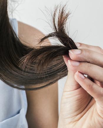 Cómo detener el resquebrajamiento en los cabellos deteriorados