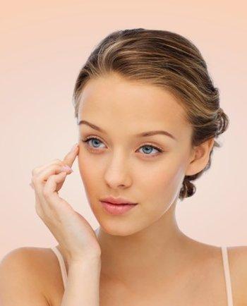 Consejos y masajes para aplicar la crema del contorno de ojos