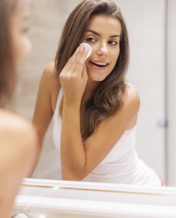 Piel grasa: ¿Qué podemos hacer para mantenerla limpia hasta la noche?